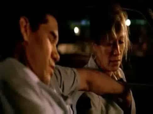 Policia veterana y argenta es manoseada por su pupilo y terminan follando en el auto